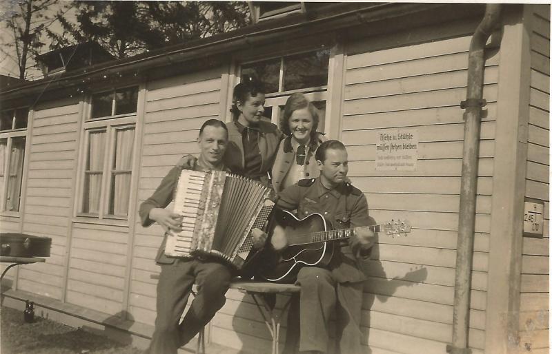 ca1941Wenzel in seiner aktiven Wehrmachtszeit mit seiner Frau Elisabeth, hinten links