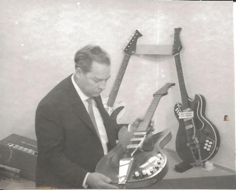 1967Messestand EKO in Frankfurt - WR präsentiert eine EKO-Gitarre