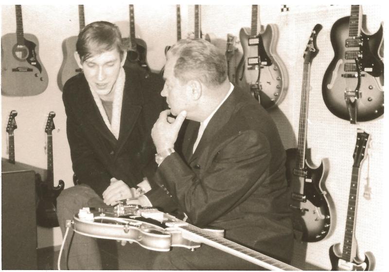1967Messestand EKO in Frankfurt - WR rechts im Fachgespräch