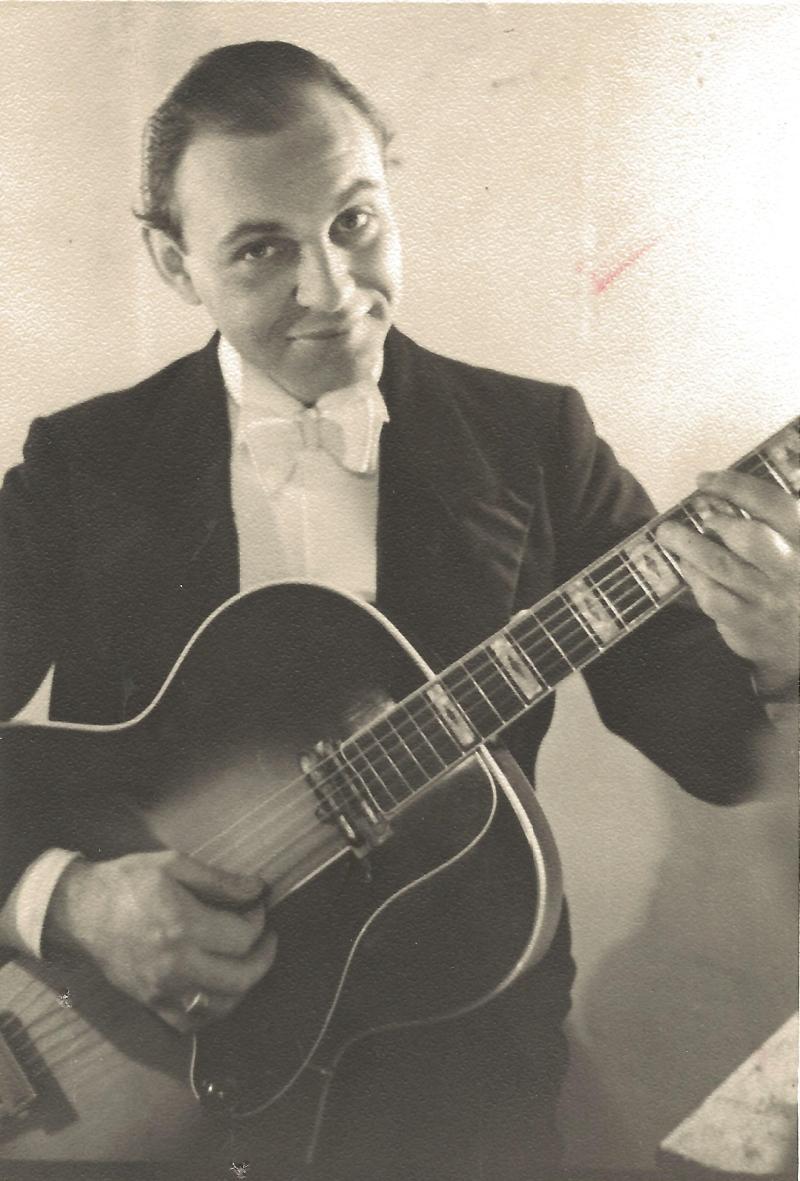 Bild 039 / 1946 / Coco Schumann mit seiner von Roger mit Tonabnehmer ausgerüsteten ROGER
