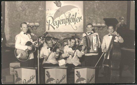 Bild 044 / ca. 1950 / Die Band Regenpfeifer - Der Gitarrist spielt eine ROGER STANDARD