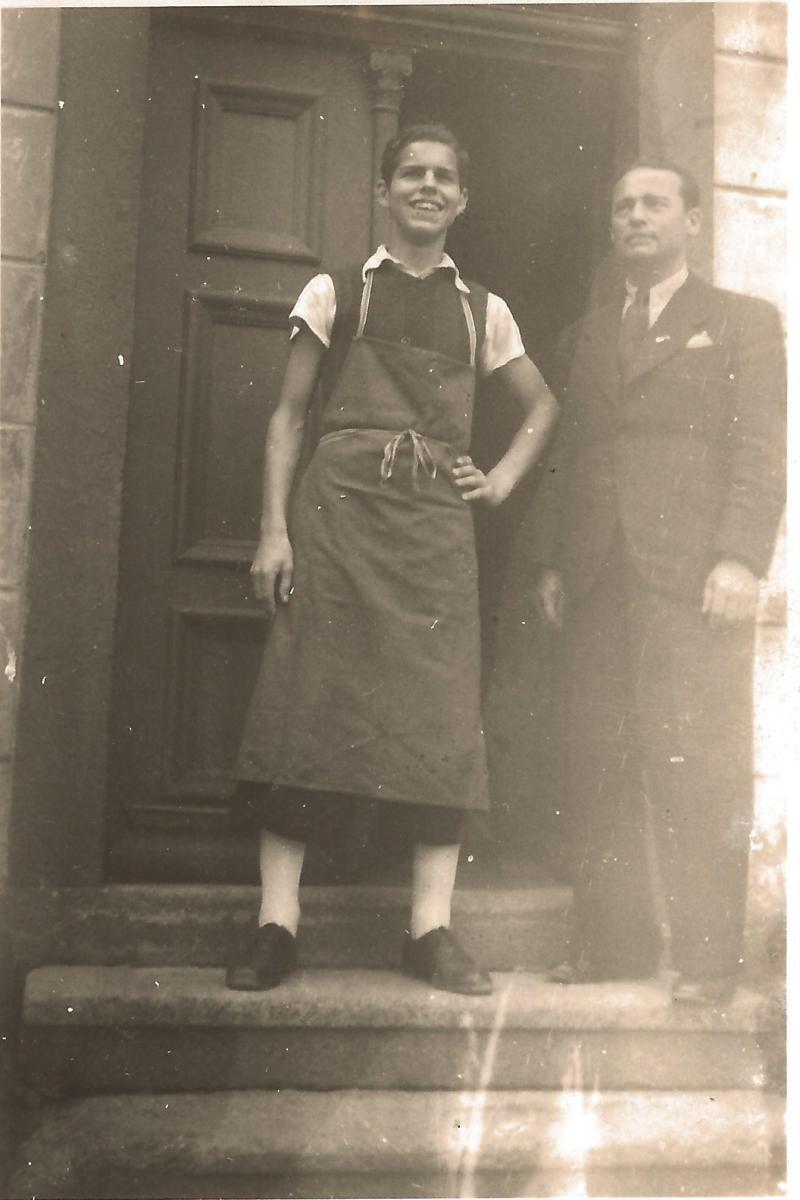 ca1945Roger Raimond mit seinem Vater vor der Werkstatt in Berlin