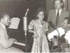 Bild 109 / 01.07.54 / Klein Dagmar mit Vater E. Glombig, Kay Roland und Wenzel im Tonstudio in Hamburg