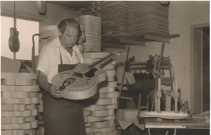 1963WR in seiner Werkstatt in Neumarkt St. Veit mit einer ROGER LUXUS ULTRA CA
