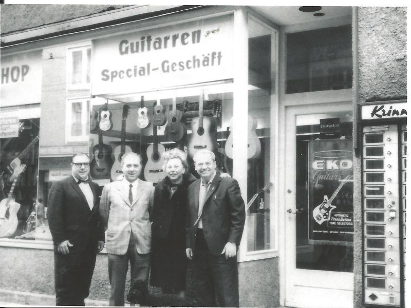 1965WR mit Frau, EKO-Boss Oliviero Pigini, Thomas Lo Duca, im Ladengeschäft in München
