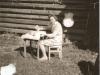 Bild 215 / ca. 1956 / Marianne vor der Werkstatt in Mittenwald beim Polieren