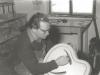Bild 220 / ca. 1957 / WR im Büro in der Werkstatt in Mittenwald, mit Korpus ROGER SUPER ULTRA CA