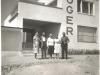 Bild 226 / 1960 / Marianne mit Verwandten vor der neuen Fabrik in Neumarkt St. Veit, Werkstraße 2