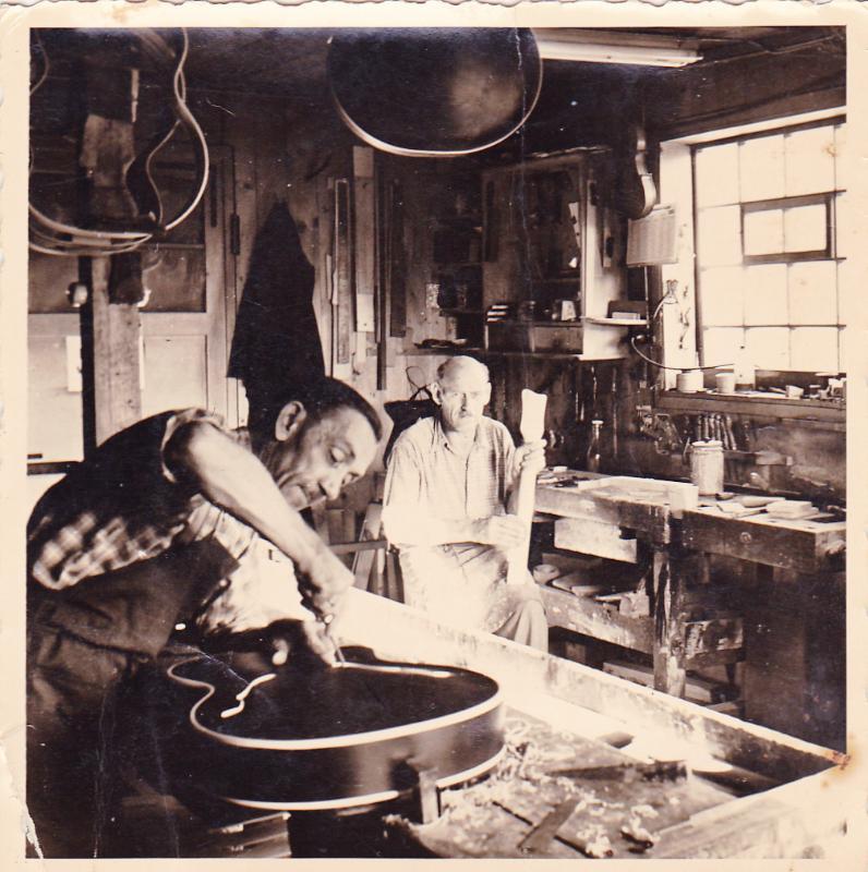 Herr Klempa und Alois Holzer in der Werkstatt Hoyer