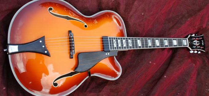Handgeschnitzte, vollmassive 17 Zoll Archtop Jazzgitarre mit Cutaway