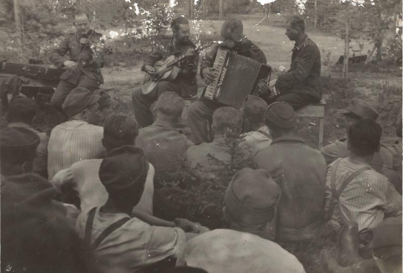 ca1942WR während seiner aktiven Militärzeit in Norwegen mit ROGER SUPER  Nr.301