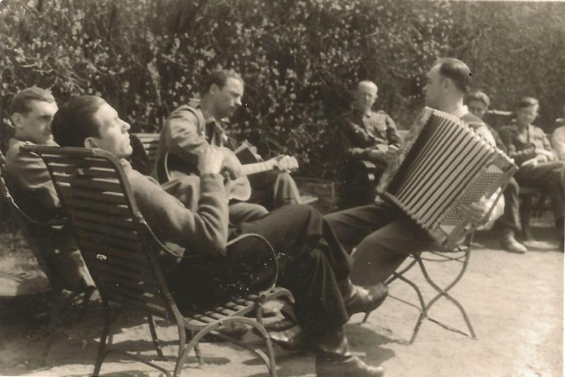 """ca1935Freizeitsession mit Kollegen von der Band """"Rhythm Boys"""""""