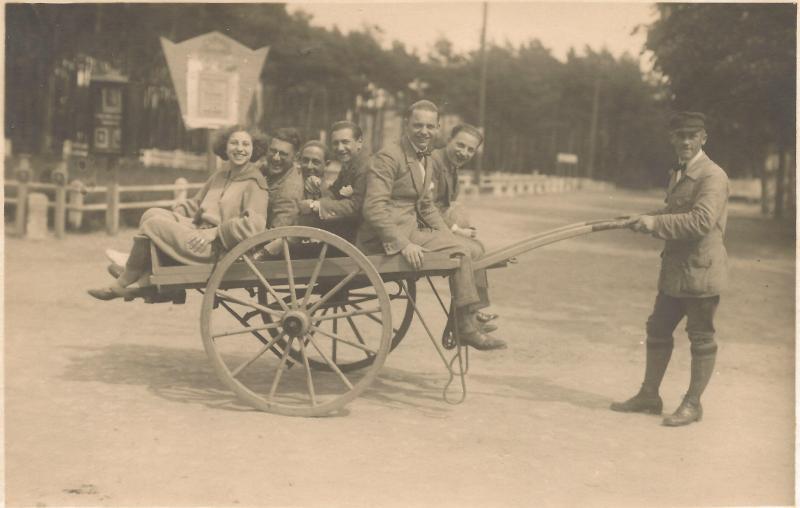 ca1923Mitglieder der Band Kamsirossoff - WR auf dem Wagen rechts
