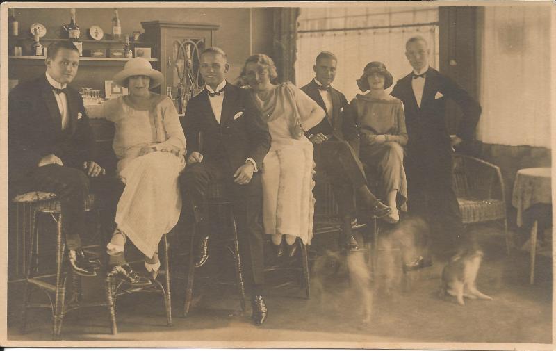 ca1924Bandmitglieder Kamsirossoff mit Freunden an der Bar - Wenzel dritter von links