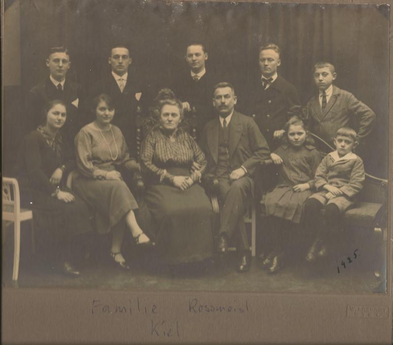 1925Foto von Familie Rossmeisl in Kiel mit Wenzel hinter seinen Eltern