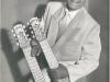 Bild 029 / ca. 1930 / Werbeplakat neue Scala Berlin - Gitarrist Stassi de Tomboulis mit ROGER-Hawaigitarre