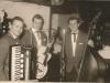 Bild 071 / ca 1960 / Musikerkollegen - der Gitarrist spielt eine ROGER SUPER CA mit F-Löchern