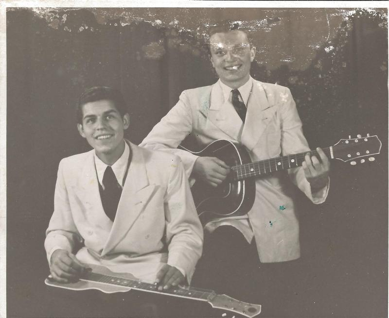 1946Roger Raimond mit Hawaigitarre und Kollege Dun