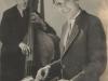 1945Roger Raimond mit einer doppelhalsigen Hawaiigitarre