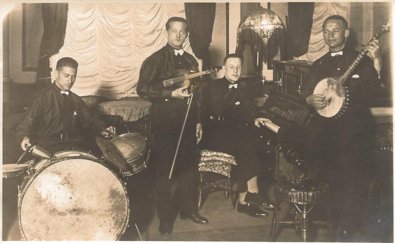 ca1923Kapelle Kamsirossoff - Wenzel am Banjo