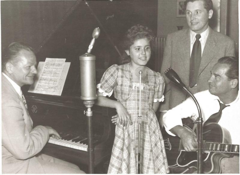 01.07.54Klein Dagmar mit Vater E. Glombig, Kay Roland und Wenzel im Tonstudio in Hamburg