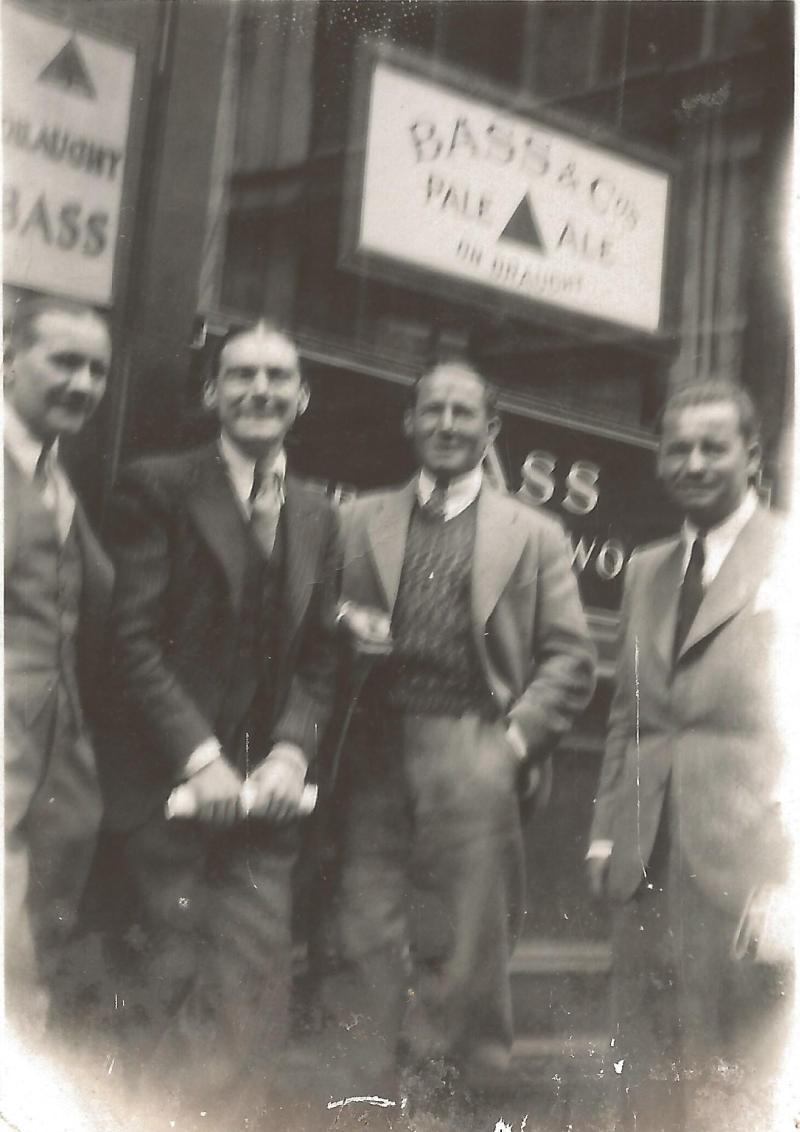 1964Wenzel mit Geschäftsfreunden vor einem Musikgeschäft in London