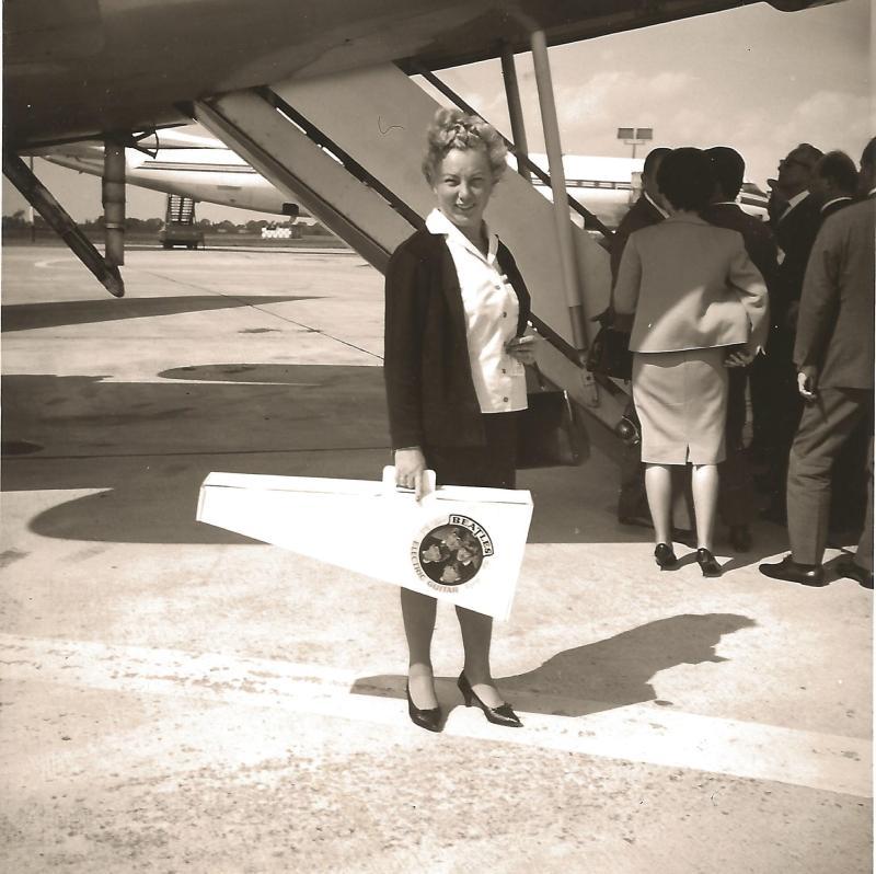Dez.64Marianne Rossmeisl mit ROGER ELECTRIC auf dem Flug nach USA