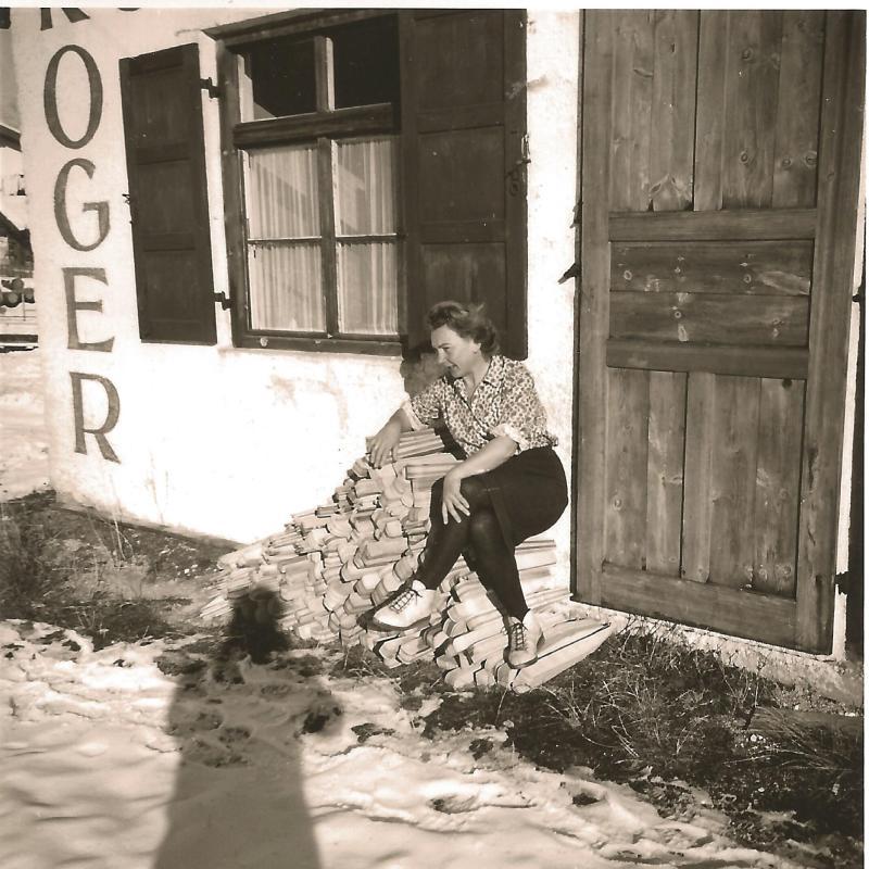 1956Marianne im Winter vor der Werkstatt in Mittenwald