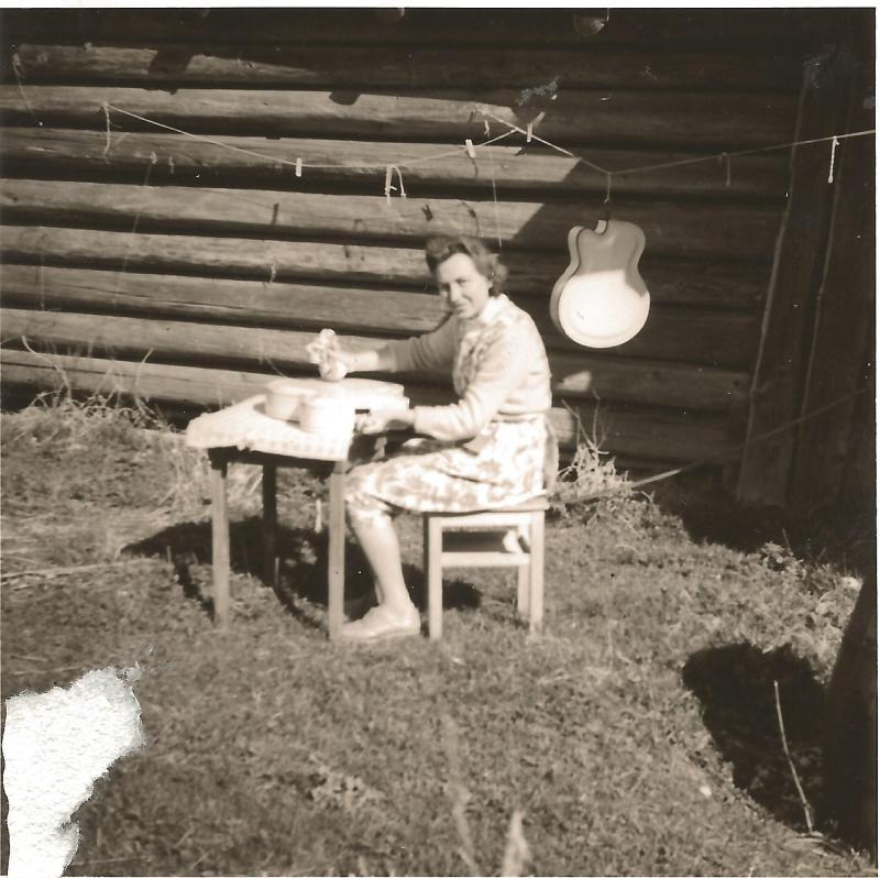 ca1956Marianne vor der Werkstatt in Mittenwald beim Polieren