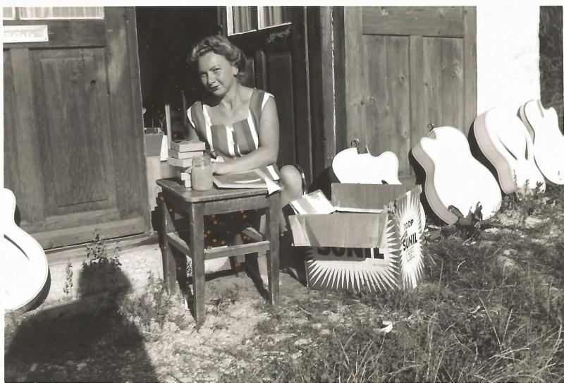 ca1957Marianne Rossmeisl vor der Werkstatt in Mittenwald