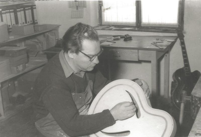 ca1957WR im Büro in der Werkstatt in Mittenwald, mit Korpus ROGER SUPER ULTRA CA