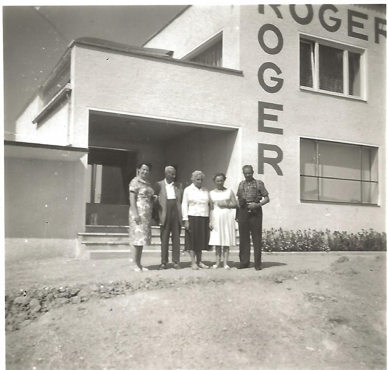 1960Marianne mit Verwandten vor der neuen Fabrik in Neumarkt St. Veit, Werkstraße 2